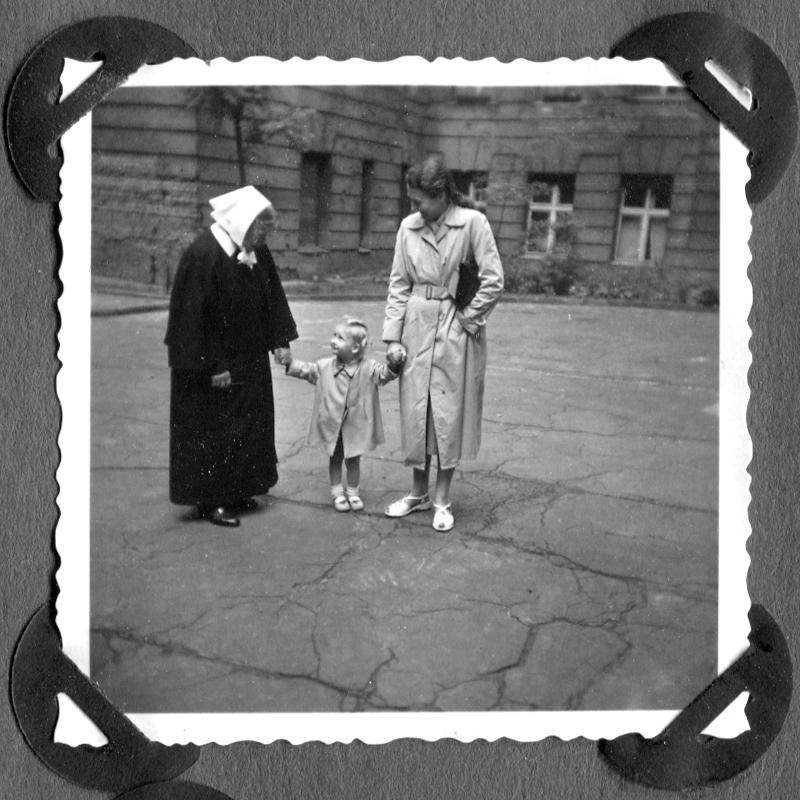 Im Hof der Sophienkirche 1960