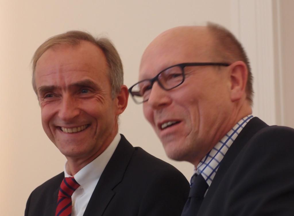 Prof. Schindler (links) und Udo Schmidt bei der Vorstellung des neuen Beraters vor leitenden Mitarbeitern der Immanuel Diakonie