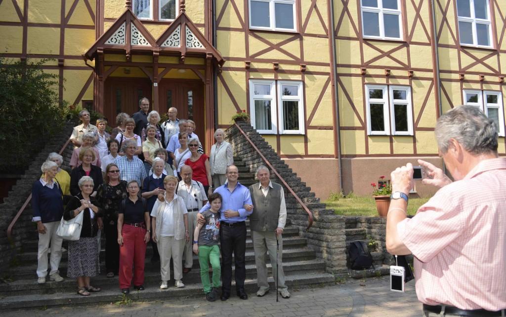 """Die Reisegemeinschaft vor dem """"Urgebäude"""" der Hoffnungstaler Anstalten in Lobetal (Foto:  Karin Mühlenberg)"""