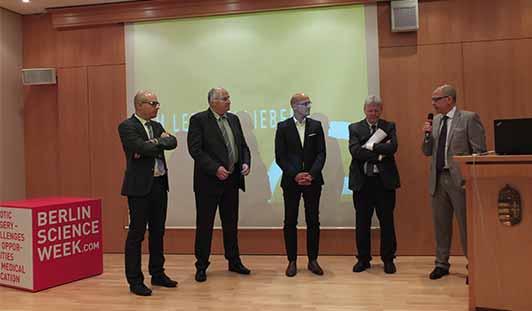 Colin M. Krüger, re., moderiert die Paneldiskussion zur Zukunft der Robotik in der Medizin.
